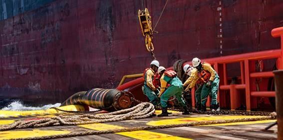 Operação de descida de mangueira de offloading de um navio FPSO